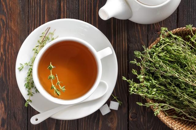 Chá de tomilho na xícara