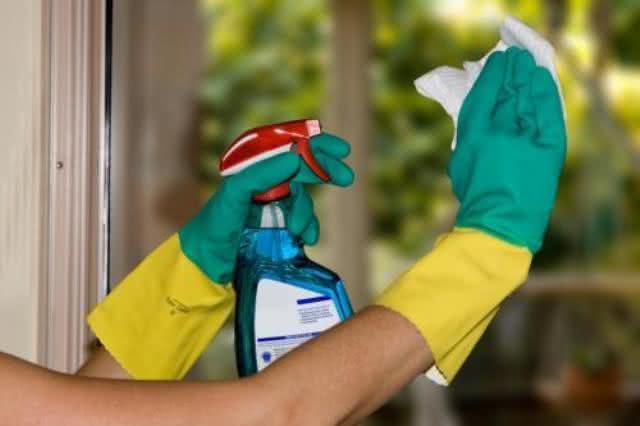 Limpa vidros caseiro 'surpreendente' para a hora da limpeza