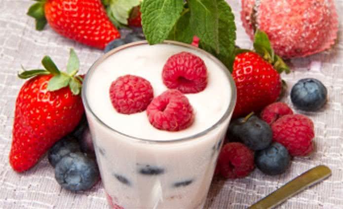 Receita de chá batido com frutas e iogurte para eliminar gordura