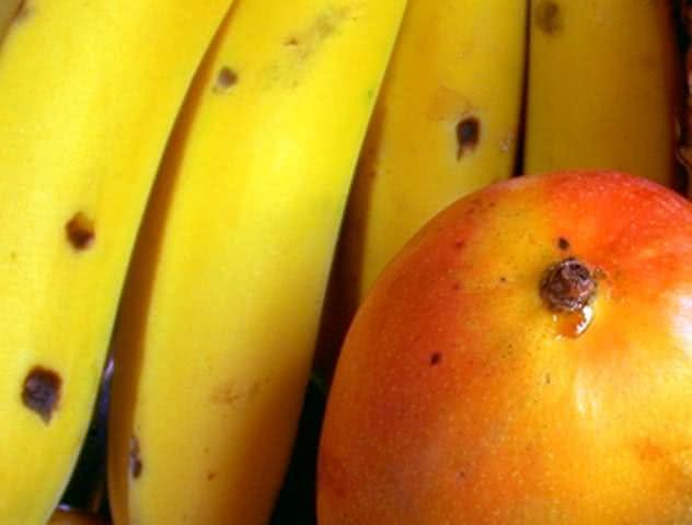 Comer manga e banana à noite faz mal?