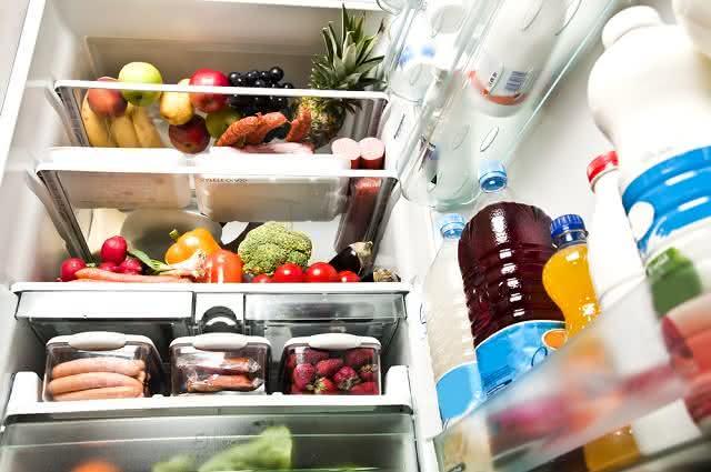 Imagem de alimentos e bebidas armazenados no interior de geladeira