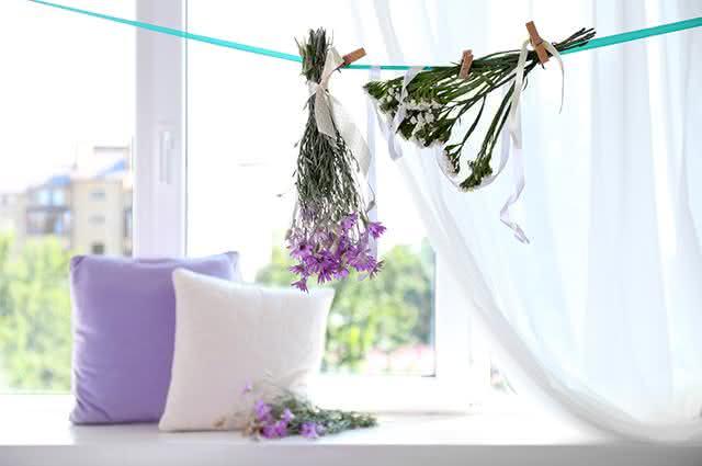 Ervas penduradas próximo de travesseiros