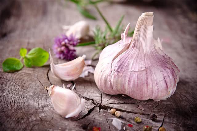 Alho: condimento popular protege o coração e sistema vascular