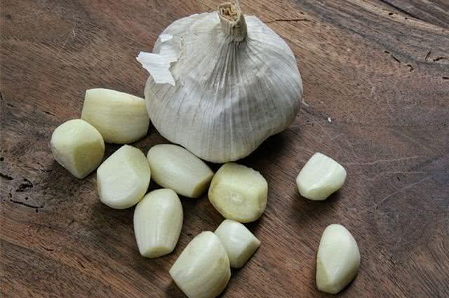 Imagem de cabeça e dentes de alho