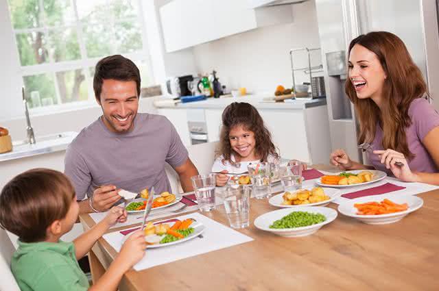 Imagem de família se alimentando em mesa