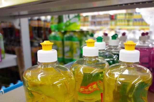 Imagem de garrafas de detergente expostas em gondola de supermercado