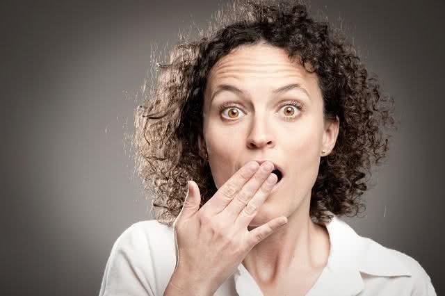 Imagem de mulher com a mão na boca