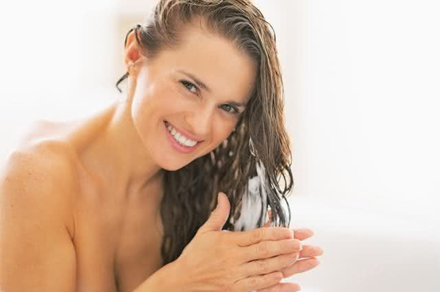 Imagem de mulher lavando o cabelo
