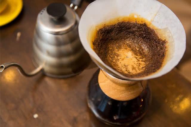 Jarra de cafeteira com filtro e borra de café
