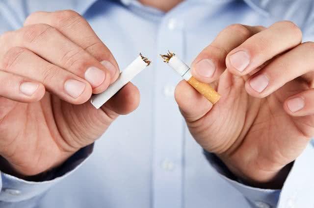 Mãos partindo cigarro