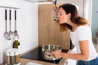 Usar o mesmo talher para servir e comer azeda os alimentos?