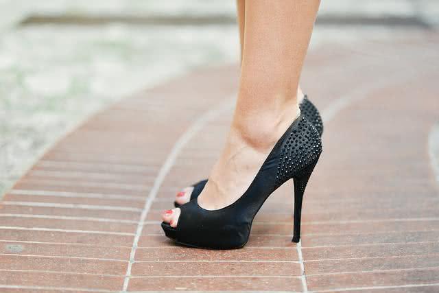 Use amaciante e condicionador para amaciar sapatos apertados