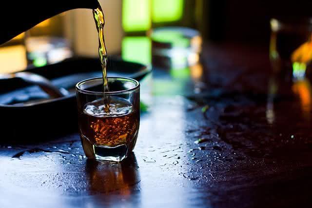 Imagem de chá sendo colocado em caneca