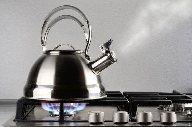 Imagem de chaleira em fogão