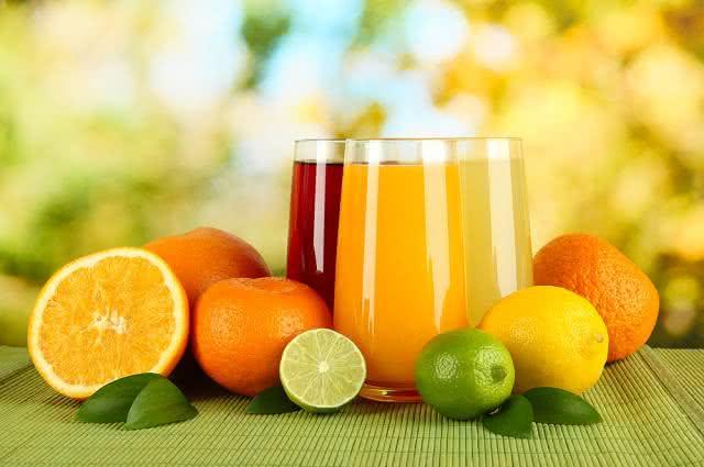 Imagem de copos de sucos e frutas