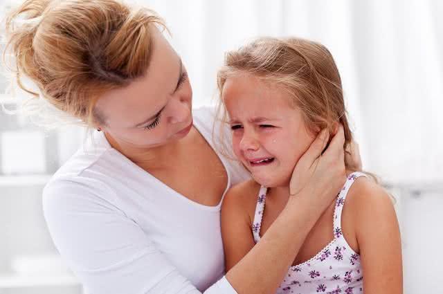 Imagem de crinaça chorando ao lado da mãe