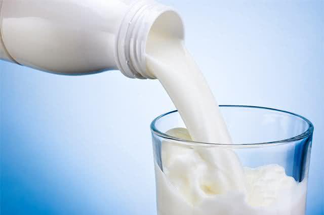 Imagem de garrafa despejando leite em copo