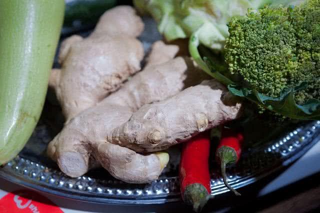Para emagrecer: turbine sua salada preparando legumes no gengibre