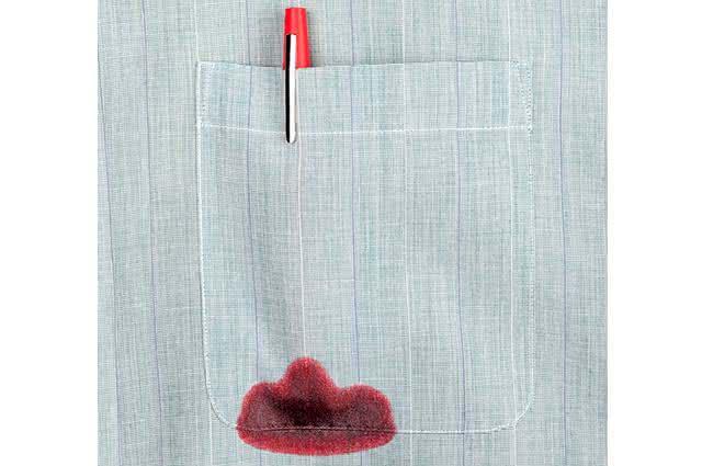 Imagem de mancha de tinta de caneta vermelha em bolso de camisa
