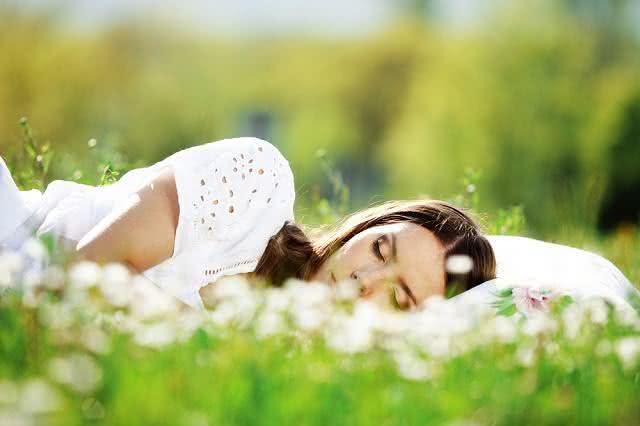 Imagem de mulher dormindo em jardim
