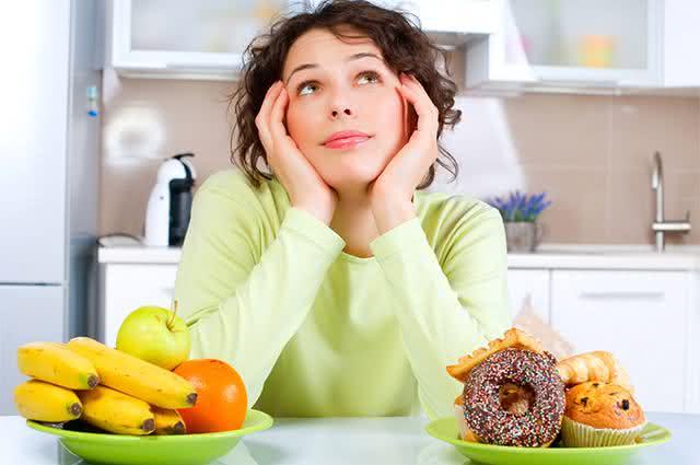 Imagem de mulher em dúvida em cozinha