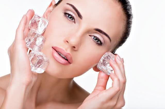 Imagem de mulher passando gelo no rosto