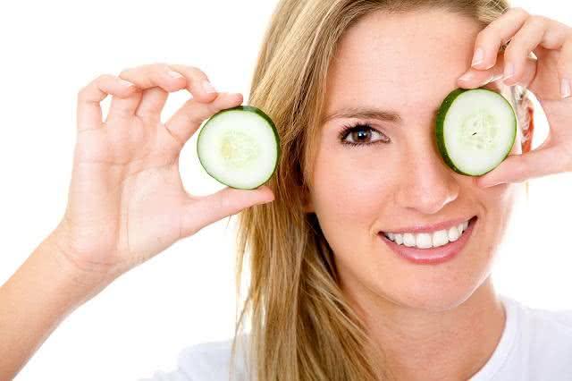 Mistura à base de pepino para amaciar a pele do rosto