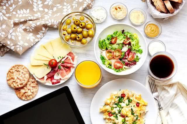 Imagem de pratos de comida em cima de mesa