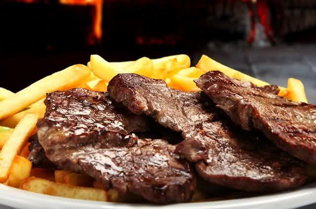 Imagem de rosbife com batatas fritas