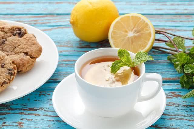Imagem de xícara de chá de limão em mesa