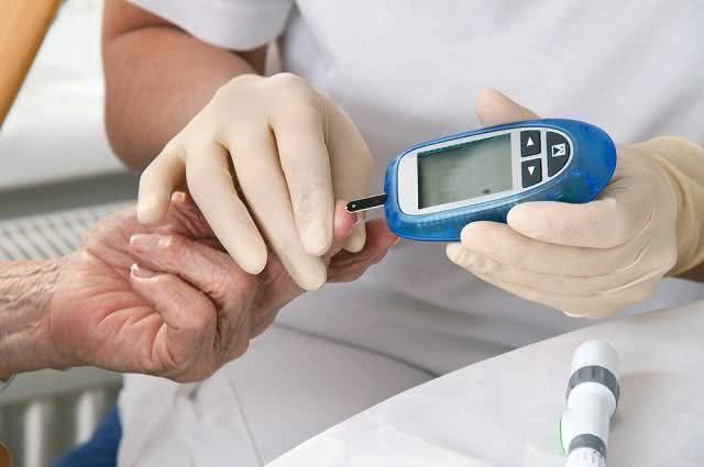 Imagem de aferição de nível de glicose em idosa