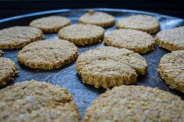 Imagem de biscoitos de aveia em forma para assar