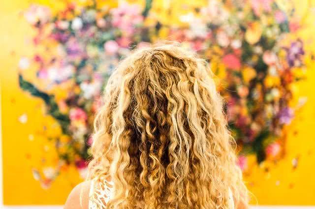 Imagem de cabelo loiro cacheado