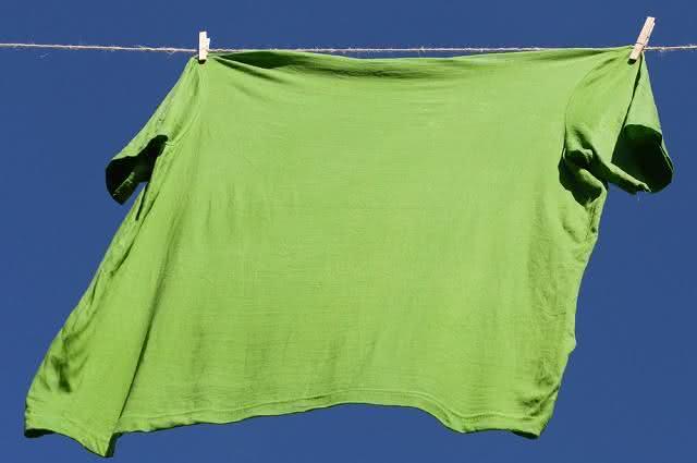 Imagem de camiseta verde em varal