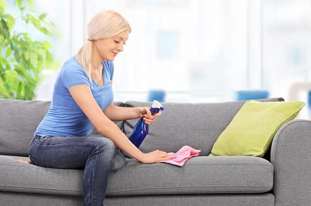 Imagem de mulher limpando sofá