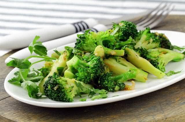 Receita para preparar irresistíveis e saudáveis bolinhos de brócolis