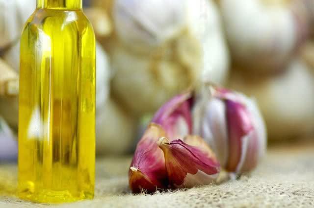 Tratando naturalmente o colesterol com óleo de alho