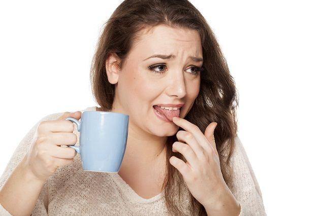 Mulher queimou língua no café