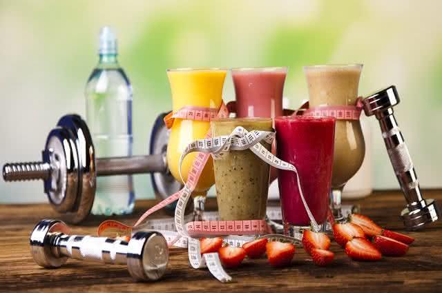 Super smoothies atléticos naturais e nutritivos para tomar a qualquer hora