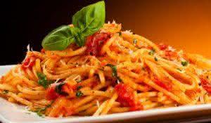 Aprenda a preparar saborosa macarronada de cenoura com abobrinha