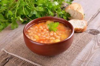 Benefícios da sopa de feijão-moyashi e espinafre