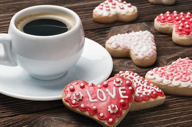 Imagem de biscoitos românticos e café