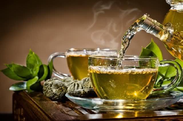 Imagem de bule despejando chá em xícara