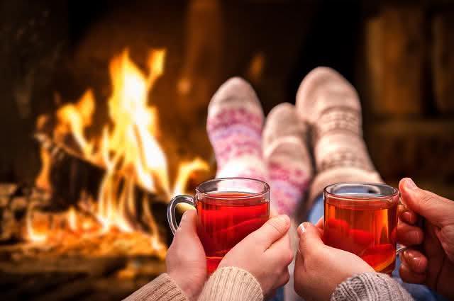 Imagem de casal junto segurando caneca de chá