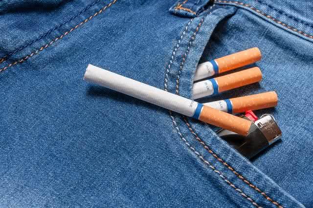 Imagem de cigarros e isqueiro em bolso de calça jeans