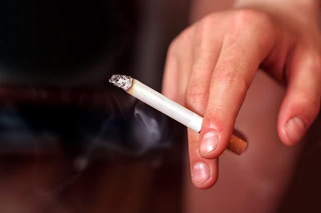 Imagem de mão segurando cigarro