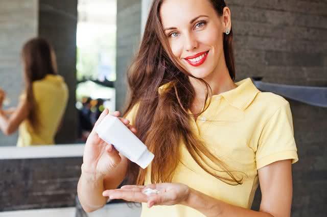 Imagem de mulher colocando talco nas mãos