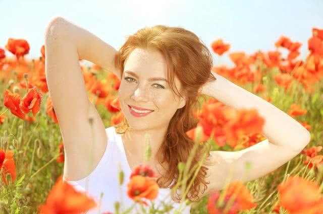 Imagem de mulher com cabelo brilhoso em jardim de flores