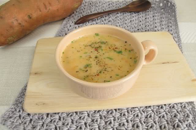 Receita ensina a preparar saudável sopa de batata-doce com creme de coco