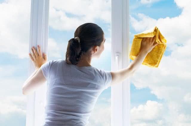 Saiba como usar amaciante para deixar vidros brilhando e sem manchas